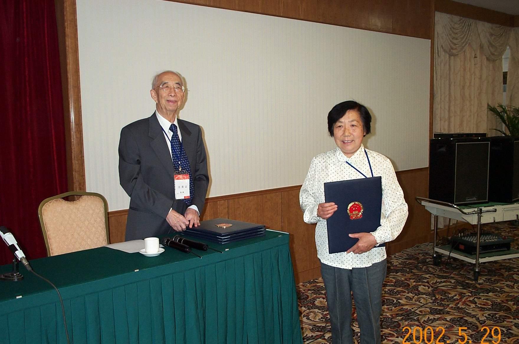 2001年,黄春辉教授当选为中国科学院院士。