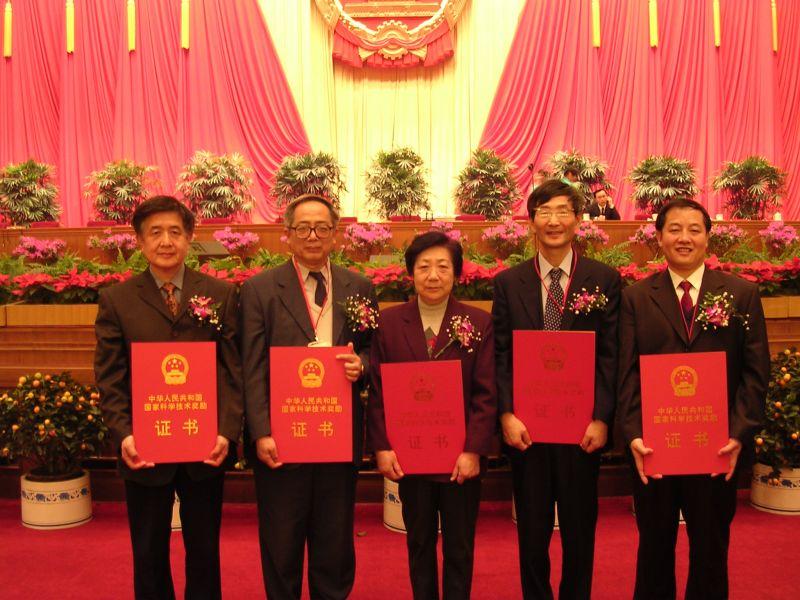 黄春辉教授(中)荣获2003年度国家自然科学二等奖。